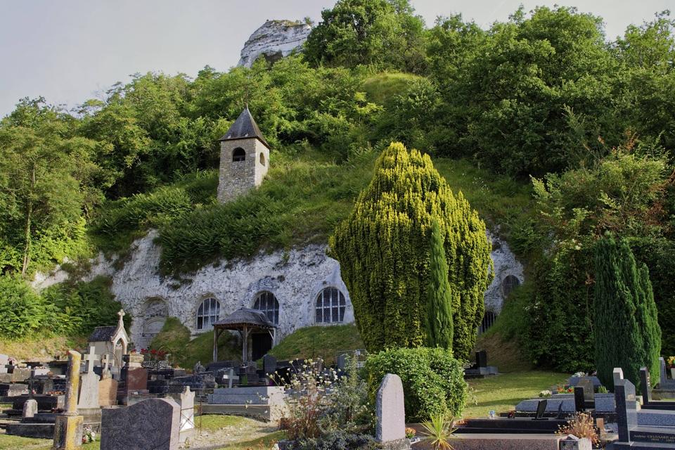 Vue extérieure de l'église troglodyte