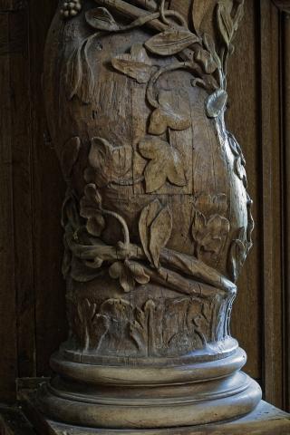 Gros plan d'un pilier torsadé du Jubé