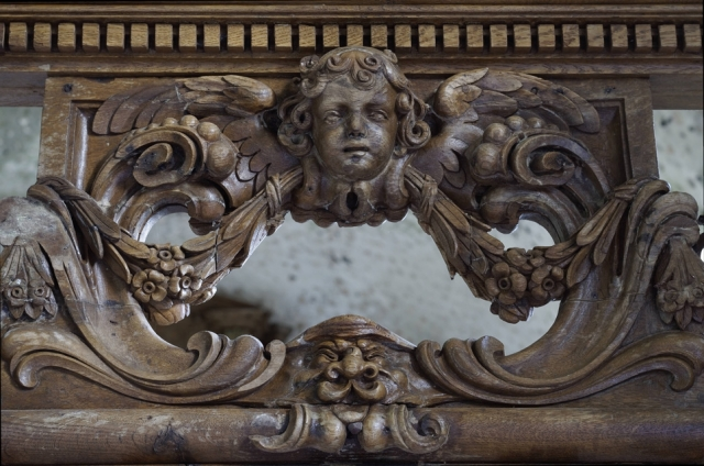 Un ange représenté dans le haut de la porte du Jubé